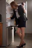 Kaukasische blonde Geschäftsfrau der attraktiven Zwanzigerjahre Lizenzfreies Stockfoto