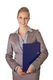 Kaukasische blonde Geschäftsfrau im Klageholdingring Stockbilder
