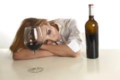 Kaukasische blonde vergeudete deprimierte alkoholische Frau, die Rotweinglasalkoholsucht trinkt Lizenzfreies Stockfoto