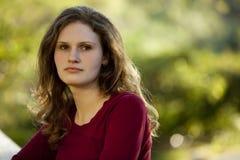 Kaukasische Brunettefrau, die draußen denkt Lizenzfreie Stockbilder