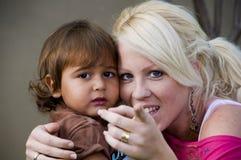 Kaukasische Dame, die ihrem Kind erklärt, Kamera zu betrachten lizenzfreie stockfotos