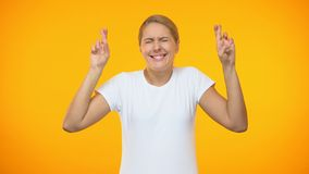 Kaukasische dame die vingers kruisen die voor geluk hopen, die wens, verwachtingen maken stock videobeelden