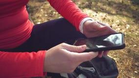 Kaukasische de vrouwensport van de sportfietser van het park van de wegfiets dichtbij boom vrouwenatleet in sportkleren en helm e stock videobeelden