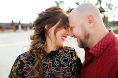 Kaukasische echtgenoot die rood overhemd dragen en vrouw koesteren royalty-vrije stock afbeeldingen