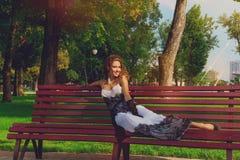 Kaukasische erwachsene Frau des roten Haares, die draußen lächelt Stockfoto