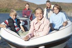Kaukasische fünfköpfige Familie im Schnellboot Lizenzfreie Stockfotos