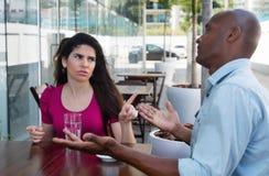 Kaukasische Frau in der Diskussion mit Afroamerikanermann stockfotos