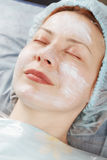 Redheadfrau vor Gesichtsmassage stockbilder