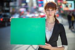 Kaukasische Frau, die Anschlagbrett hält Stockbilder