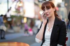 Kaukasische Frau, die auf Mobiltelefon spricht Stockfotos