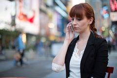 Kaukasische Frau, die auf Mobiltelefon spricht Lizenzfreies Stockfoto