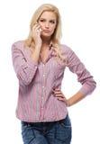 Kaukasische Frau, die einen Aufruf getrennt auf Weiß bildet Lizenzfreie Stockfotos