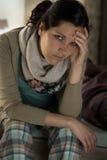 Kaukasische Frau, die kranker Grippekrankheit glaubt Stockfotos
