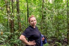 Kaukasische Frau, die tief in den Cuyabeno-Dschungel reist stockfotografie
