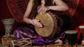 Kaukasische Frau, die zuhause Trommel spielt stock video