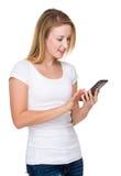 Kaukasische Frau gelesen auf Mobiltelefon stockbilder