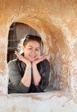 Kaukasische Frau im alten Wandfenster Lizenzfreies Stockfoto