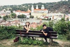 Kaukasische Frau mit dem Sohn, der auf der Holzbank mit Heiligem S aufwirft Stockbilder