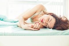Kaukasische Frau 20s, die in Morgen schläft Stockbilder