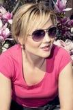 Kaukasische Frau und blühende Magnolie Lizenzfreie Stockbilder