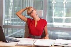 Kaukasische Geschäftsfrau in den Brillen, die Hals sich entspannen lizenzfreie stockfotos