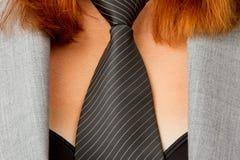 Kaukasische Geschäftsfrau mit einer Gleichheit stockfotografie