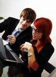 Kaukasische Geschäftsfrau mit jungem Betrug Lizenzfreie Stockfotos