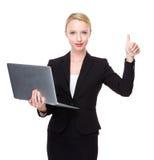 Kaukasische Geschäftsfrau mit Laptop und dem Daumen oben Lizenzfreies Stockfoto