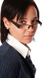 Kaukasische Geschäftsfrau mit Schauspielen Lizenzfreie Stockfotos