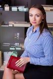 Kaukasische Geschäftsfrau wählt Tagebuch Lizenzfreie Stockfotografie