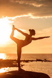 Kaukasische geschiktheidsvrouw het praktizeren yoga Royalty-vrije Stock Afbeelding