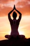 Kaukasische geschiktheidsvrouw het praktizeren yoga Royalty-vrije Stock Foto