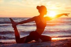 Kaukasische geschiktheidsvrouw het praktizeren yoga Stock Foto's