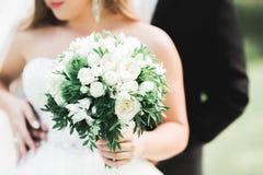 Kaukasische gl?ckliche romantische junge Paare, die ihre Heirat feiern outdoor stockbild