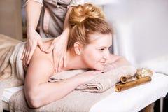 Kaukasische hübsche Frau, die Körpermassage hat Stockbild