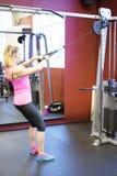 Kaukasische het meisje van de blonde Skandinavische geschiktheid opleiding bij gymnastiek Stock Afbeeldingen