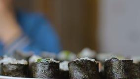 Kaukasische jongen die broodjes thuis op de keukenachtergrond eten stock videobeelden