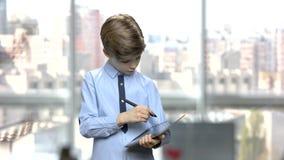 Kaukasische jongen die tabletpc met behulp van stock videobeelden