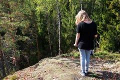 Kaukasische Jugendliche im Sommerwald, hintere Ansicht Stockbild
