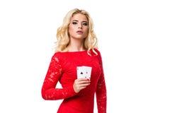 Kaukasische junge Frau mit dem langen hellen blonden Haar in der Abendausstattung, die Spielkarten hält Getrennt schürhaken Stockfotografie