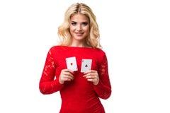 Kaukasische junge Frau mit dem langen hellen blonden Haar in der Abendausstattung, die Spielkarten hält Getrennt schürhaken Lizenzfreie Stockfotografie