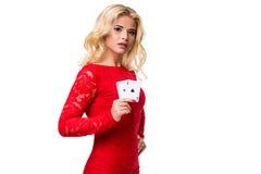 Kaukasische junge Frau mit dem langen hellen blonden Haar in der Abendausstattung, die Spielkarten hält Getrennt schürhaken Lizenzfreies Stockfoto