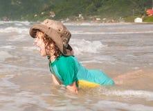 Kaukasische Jungenschwimmen Stockfoto