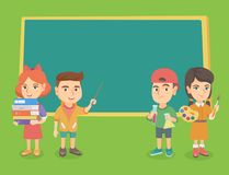 Kaukasische klasgenoten die zich dichtbij het bord bevinden vector illustratie