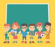 Kaukasische klasgenoten die zich dichtbij het bord bevinden royalty-vrije illustratie