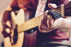 Kaukasische männliche spielende Gitarre Lizenzfreies Stockbild