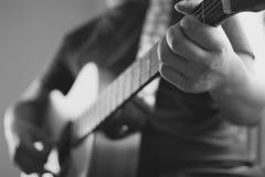 Kaukasische männliche spielende Gitarre Stockbilder