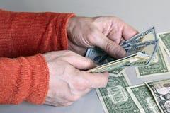 Kaukasische man handen die dollarbankbiljetten tellen stock afbeelding