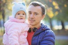 Kaukasische Mann- und Babytochter im Herbstpark stockfotos