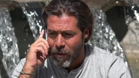 Kaukasische Mannelijke en Mobiele Telefoon stock afbeelding